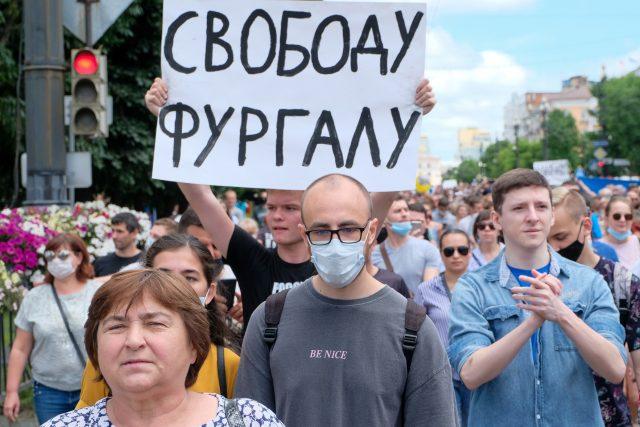 """""""Svoboda, Vraťte Furgala zpátky, pryč s Moskvou, Putin je zloděj"""" – i takováto hesla zaznívala během víkendových protestů v ruském Chabarovsku"""