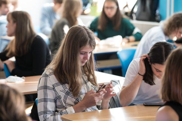 Ministerstvo zdravotnictví nepočítá s tím,  že by se opakoval loňský scénář,  kdy už v říjnu se většina škol zavřela a většinu školního roku strávili děti a učitelé na online výuce. Jednotlivým třídám a možná i celým školám však uzavření v případě většího r   foto: René Volfík,  iROZHLAS.cz