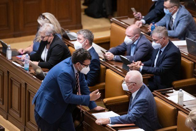 Jaroslav Faltýnek a Jan Chvojka při jednání v Poslanecké sněmovně ČR. | foto: René Volfík,  iROZHLAS.cz