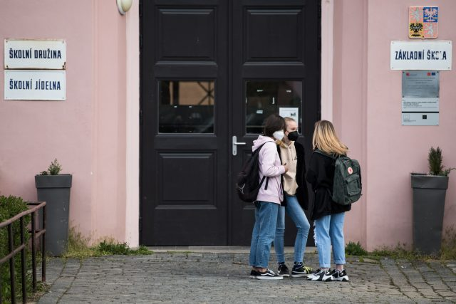 Žáci druhého stupně nastupují po distanční výuce do škol.   foto: René Volfík,  Český rozhlas