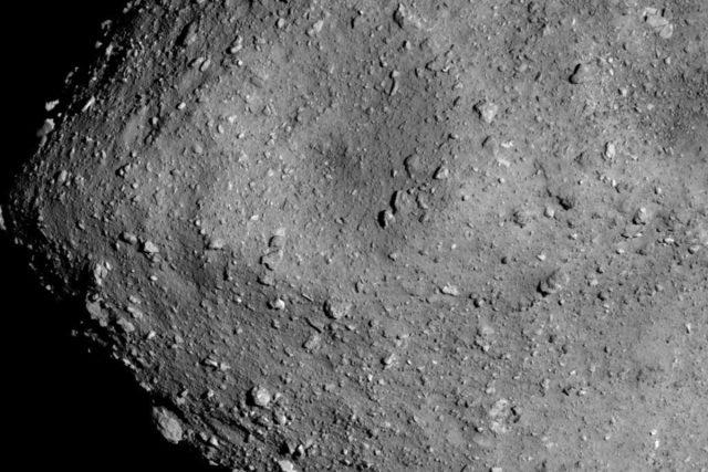 Sonda Hajabusa-2 u asteroidu Ryugu operuje od června | foto: ISAS,  JAXA, NASA