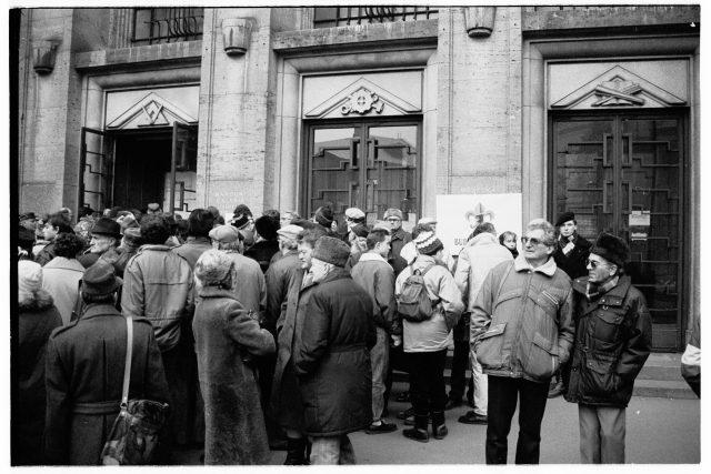 Skauti před Městskou knihovnou v Praze, 2. prosince 1989