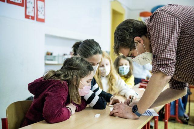 Pan učitel si zapisuje výsledky antigenního testování.   foto: Michaela Danelová,  iROZHLAS.cz