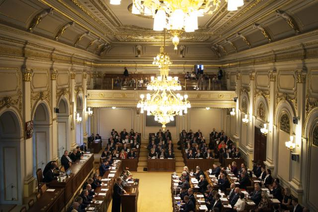 Okolí Poslanecké sněmovny prohledávají pyrotechnici