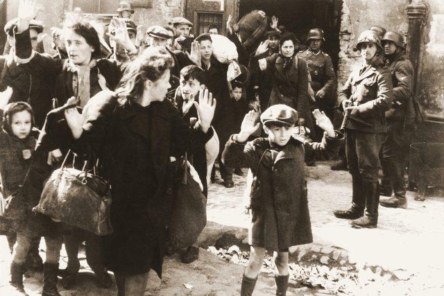 Němečtí vojáci deportují židy do koncentračního tábora