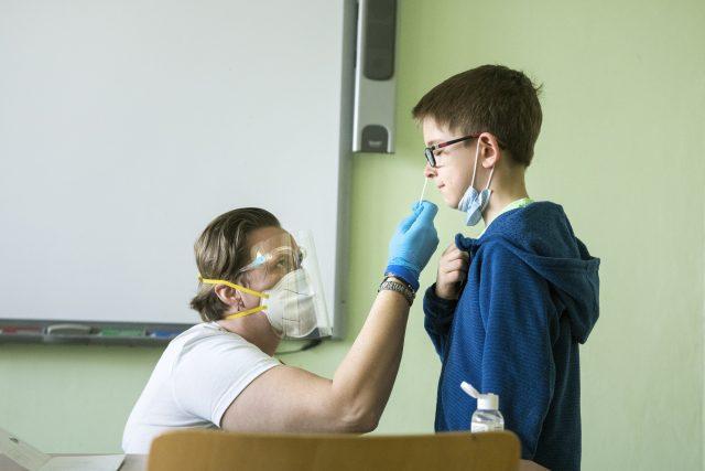 Testování žáků na covid-19,  testy Lepu Medical | foto: Michaela Danelová,  iROZHLAS.cz