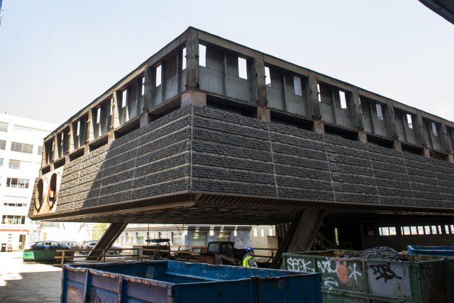 Demolice Transgasu na Vinohradech pokračuje, dělníci rozebírají také dominanty brutalistního komplexu.