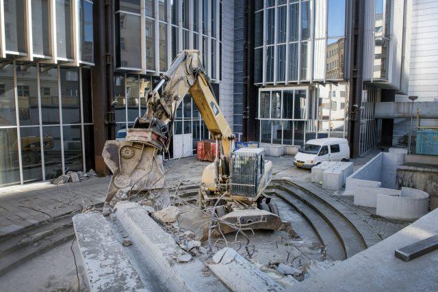 """""""Přípravné práce budou pokračovat instalací lešení. Je třeba odstranit překážky, které by postavení lešení bránily. To se týká například venkovní kašny,"""" uvedla mluvčí HB Reavis Kristýna Křemenová."""
