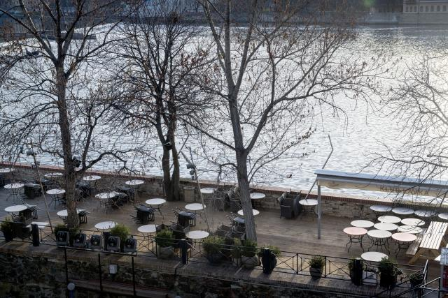 Prátdné kavárny a restaurace v Praze.