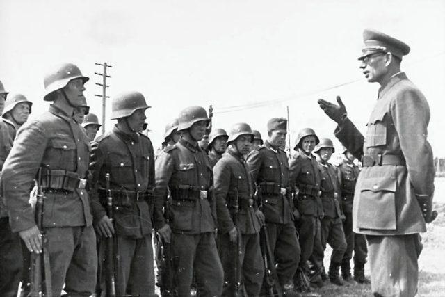 Generál Andrej Andrejevič Vlasov s příslušníky Ruské osvobozenecké armády