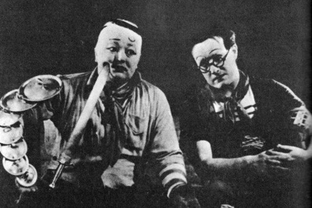 Jan Werich (vlevo) a Jiří Voskovec v roce 1938 v Osvobozeném divadle