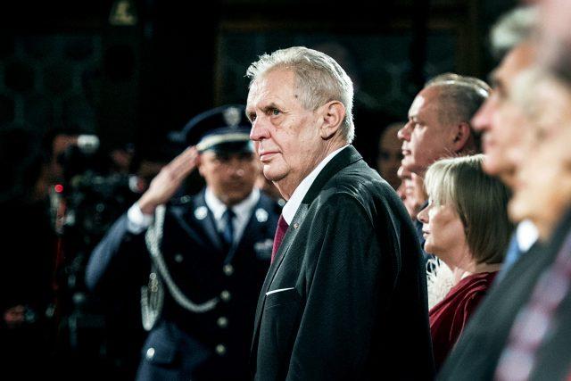 Jedenáctou milost prezident Miloš Zeman udělil muži, který neplatil alimenty. Na snímku během udělování státních vyznamenání