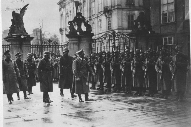 Vůdce třetí říše Adolf Hitler vykonává přehlídku vojsk na Pražském hradě