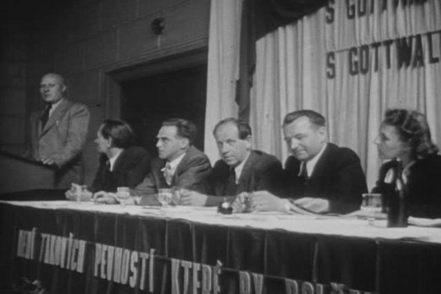 Snímek zachycuje schůzi funkcionářů KSČ. Mezi sedícími je Klement Gottwald  (druhý zprava) a vedle něho Antonín Zápotocký  (třetí zprava). Podle uvedené datace pochází fotografie ze září 1947,  tedy z doby,  kdy Gottwald zastával funkci předsedy vlády,  ale je | foto: National Archives,  Wikimedia Commons,  CC0 1.0