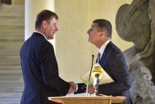 Nový ministr zahraničí Tomáš Petříček (vlevo) přijímá gratulaci od premiéra Andreje Babiše