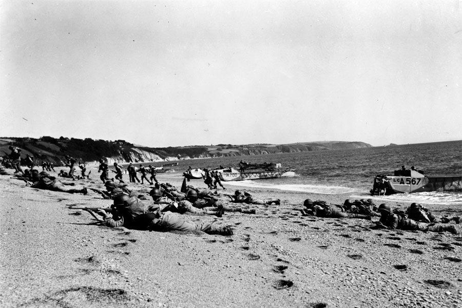 Před 75 lety se spojenci vylodili v Normandii. Podporu zajišťovali i českoslovenští letci, říká historik | Plus