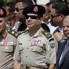 Egyptský ministr obrany Abdal Fatah Sísí (uprostřed) a expremiér Házim Bibláví (vpravo), který dnes spolu s vládou podal demisi. Snímek ze září 2013