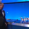 Pomocí náramku na ruce a pomocí gest ovládl šéf (CEO) Intelu Brian Krzanich chování skupiny čtyř robotů