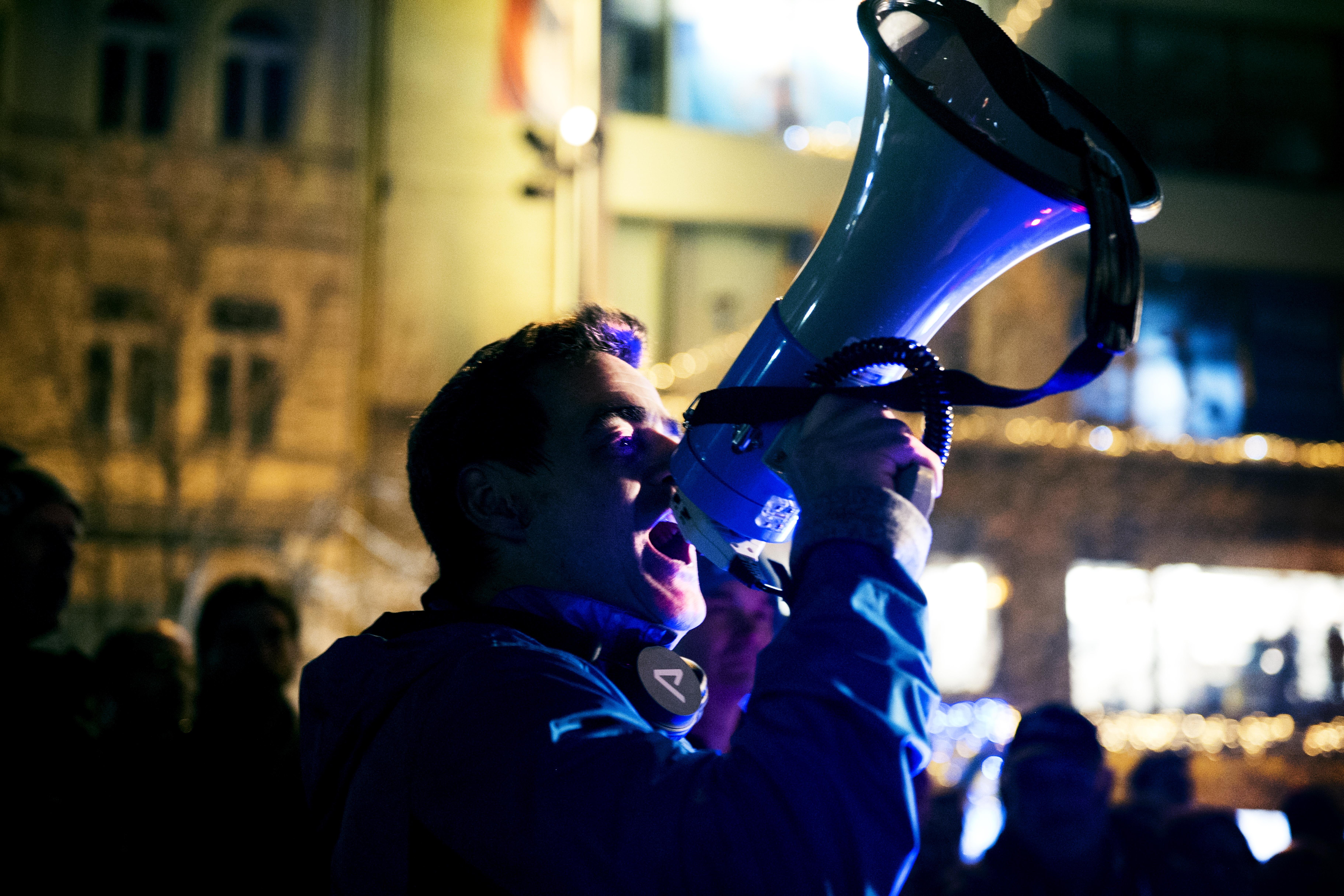 Demonstrace začala v 19.00 a pořádá ji aktivistická skupina AUVA, jež už v minulosti uspořádala několik demonstrací proti předsedovi vlády.