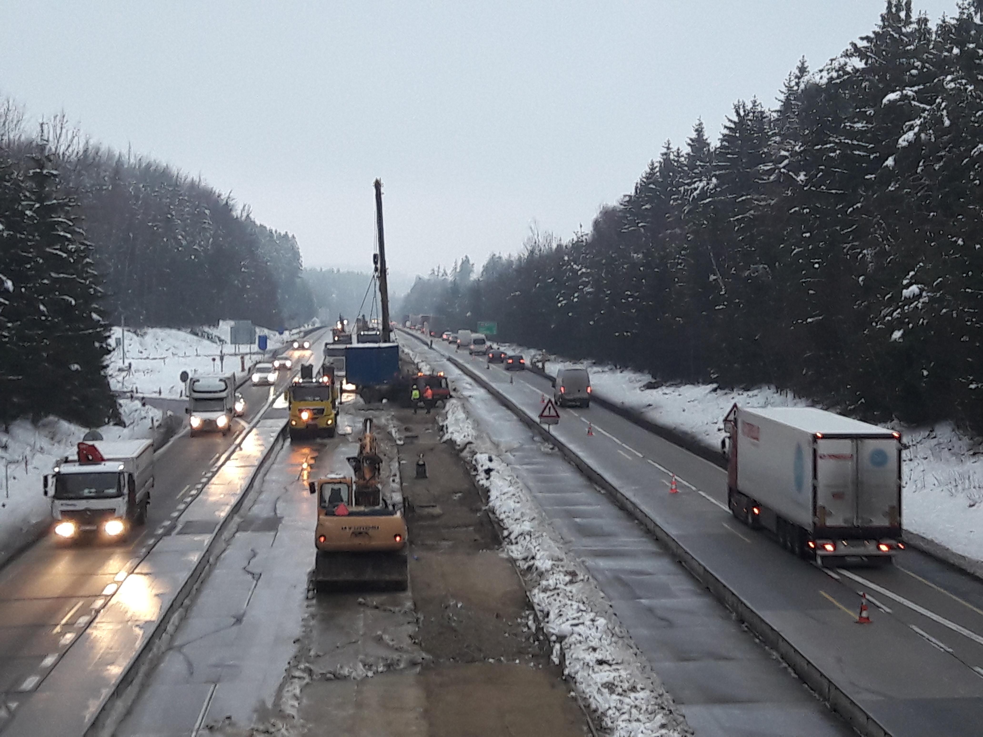 Na opravovaném úseku D1 mezi Humpolcem na 90. kilometru a Větrným Jeníkovem na 104. kilometru ve středu začaly práce na rozšíření dálnice