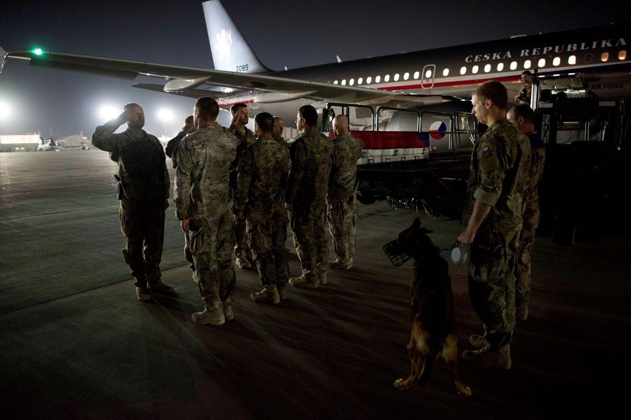Pro ostatky Tomáše Procházky přiletěl do Afghánistánu vojenský speciál.