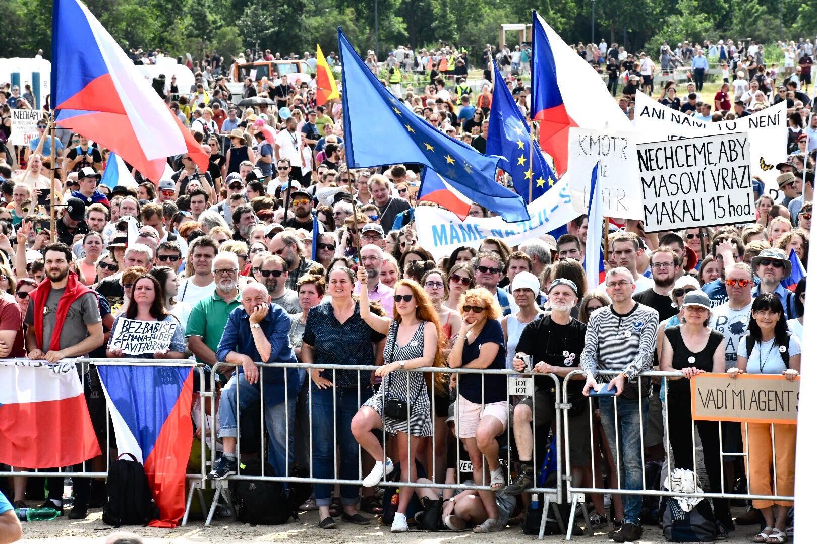 Přední řady byly zaplněné už hodinu před začátkem demonstrace