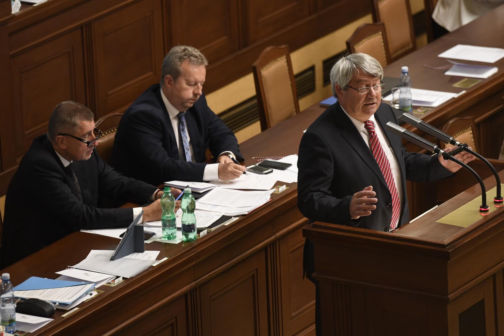 Šéf KSČM Vojtěch Filip při projevu před hlasováním o důvěře v Poslanecké sněmovně.
