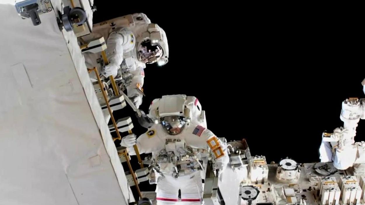 Američtí astronauti Anne McClain a Nick Hague vyměňují baterie na plášti Mezinárodní vesmírné stanice