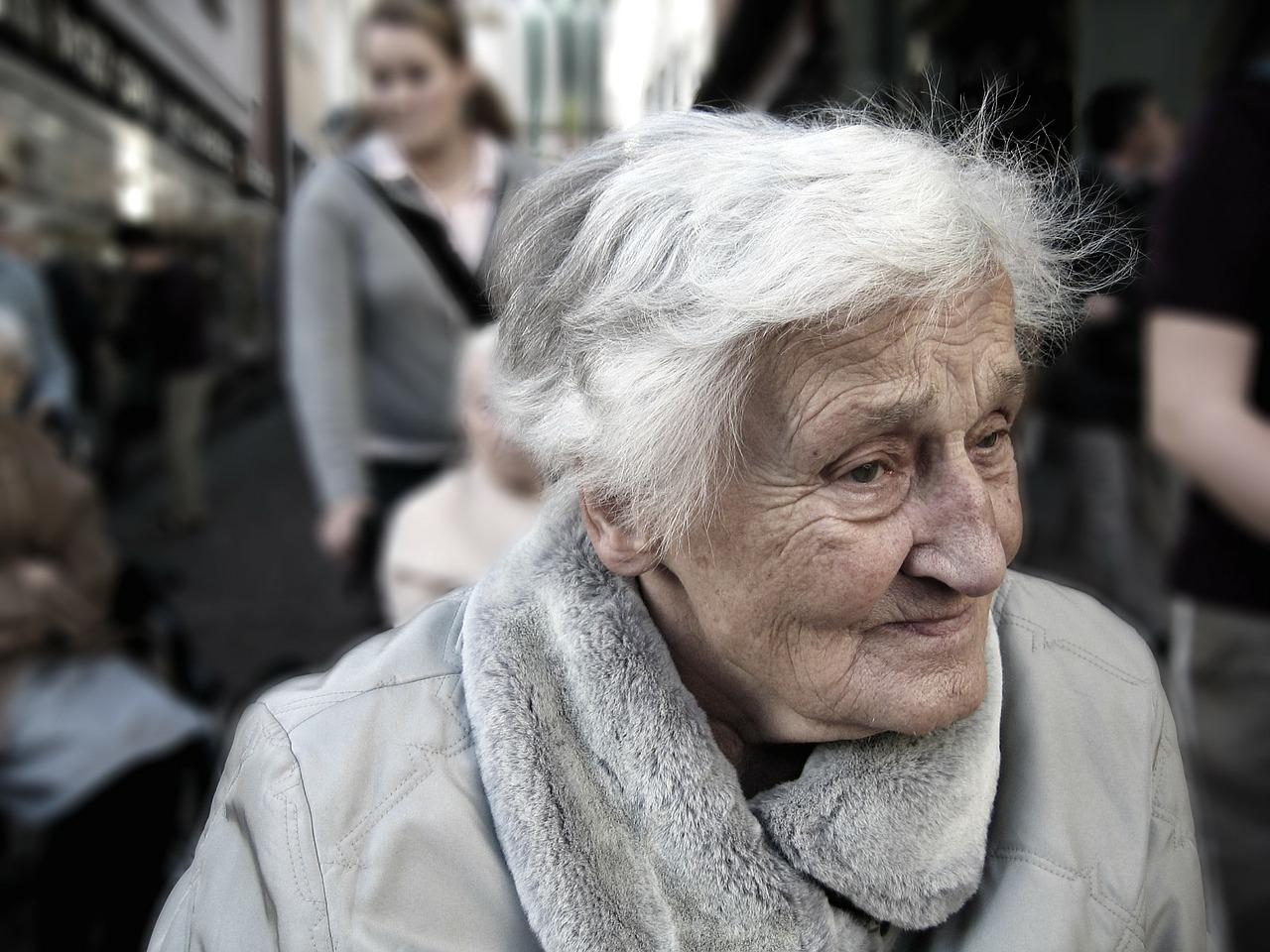 Seniorka, důchodce (ilustrační foto)