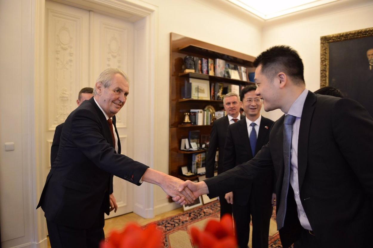 Prezident Miloš Zeman a James Li, člena dozorčí rady a prezident Huawei pro evropský region