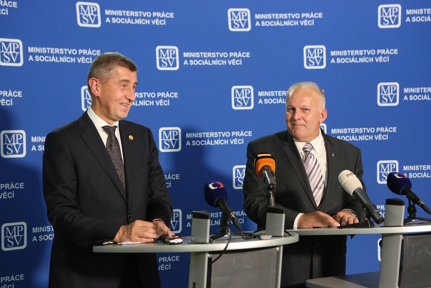 Premiér Andrej Babiš a ministr práce a sociálních věcí Petr Krčál z ČSSD