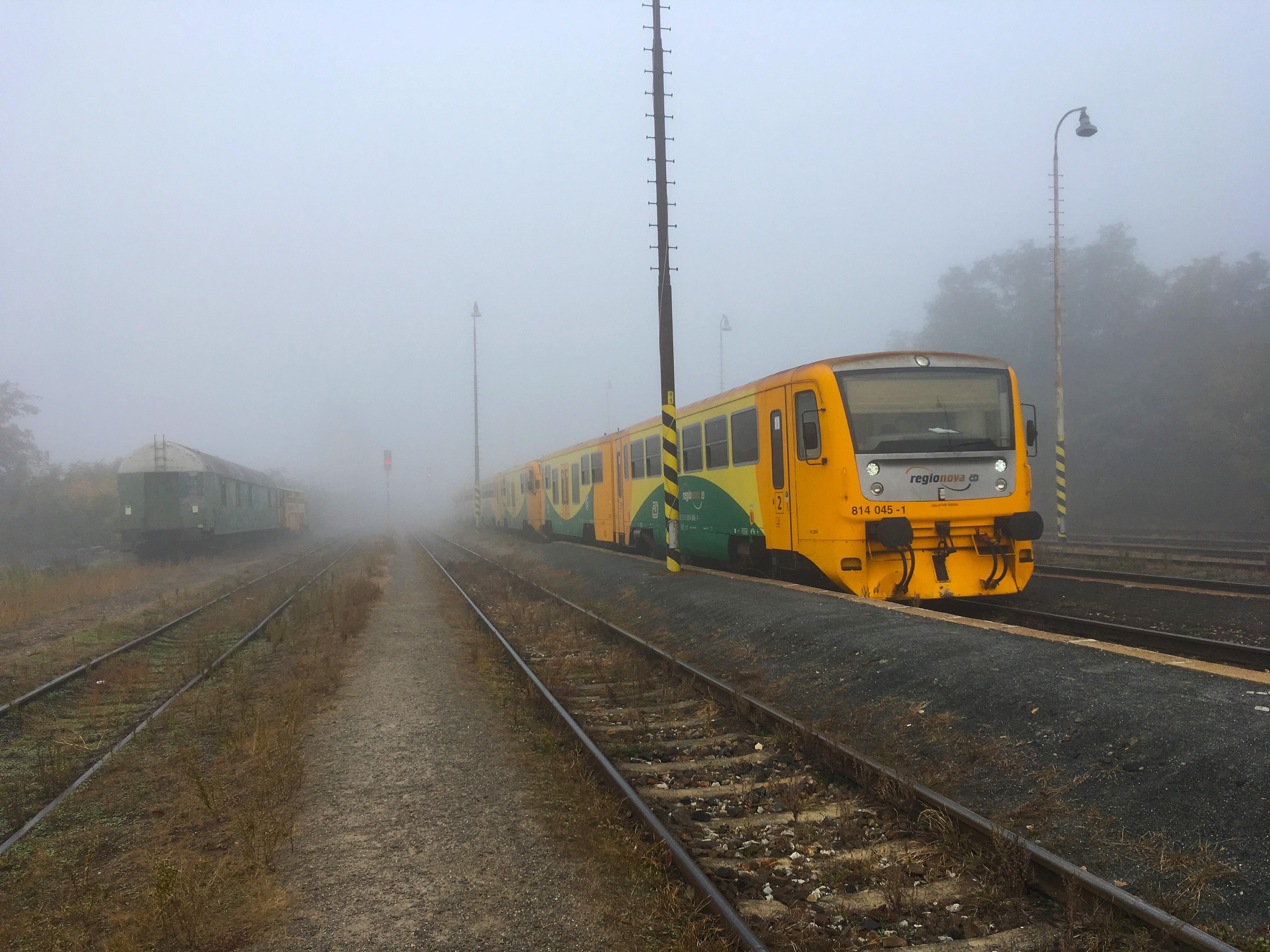 Vlak Českých drah, ranní mlha. Ilustrační foto.