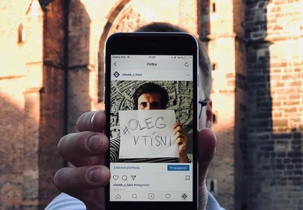 Fotografie Člověka v tísni, kterou organizace poutá kampaň na osvobození ukrajinského filmaře Olega Sencova