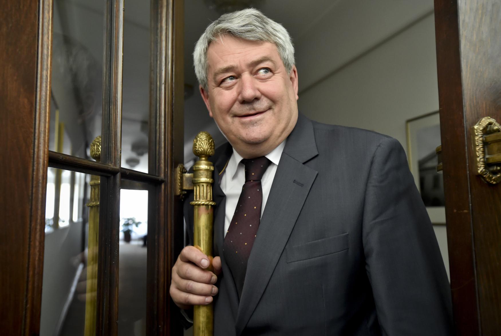 Předseda KSČM Vojtěch Filip přichází na jednání o koaliční smlouvě s předsedou ANO Andrejem Babišem a ČSSD Janem Hamáčkem.