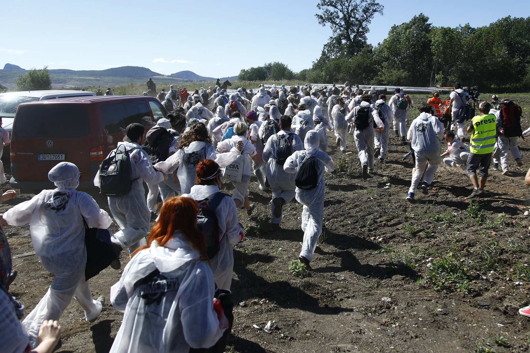 Během protestního pochodu zajistila policie 234 aktivistů. Další skupina bránila těžbě v lomu Bílina