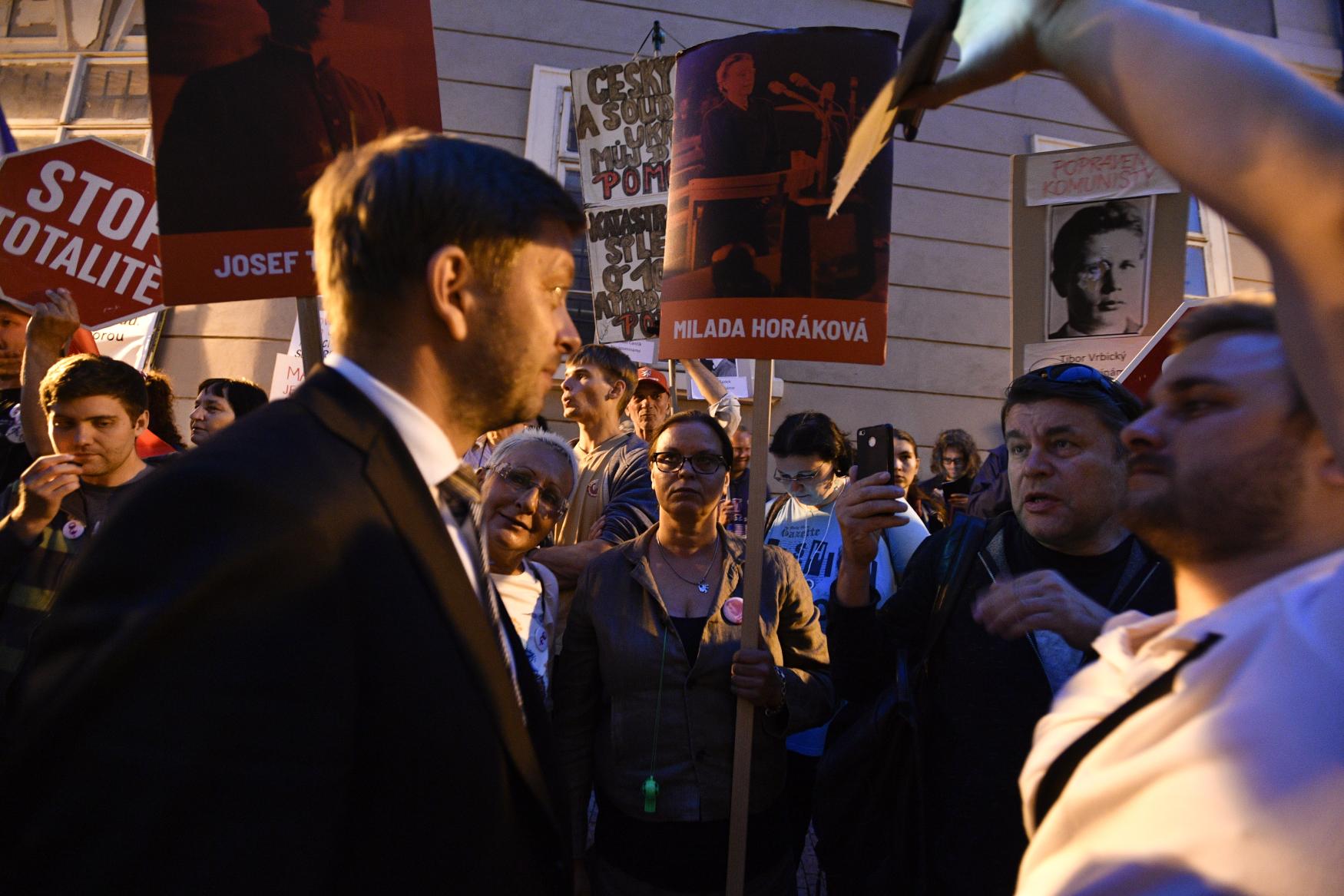 Poslanec STAN Vít Rakušan vyšel z Poslanecké sněmovny mezi demonstranty.