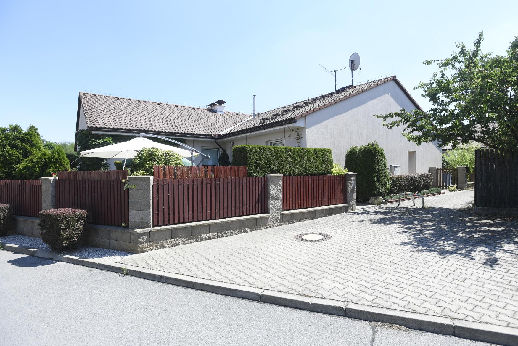 Jeden z domů v Horoměřicích, který si bývalí klienti zkrachovalé společnosti H-System dostavěli svépomocí.
