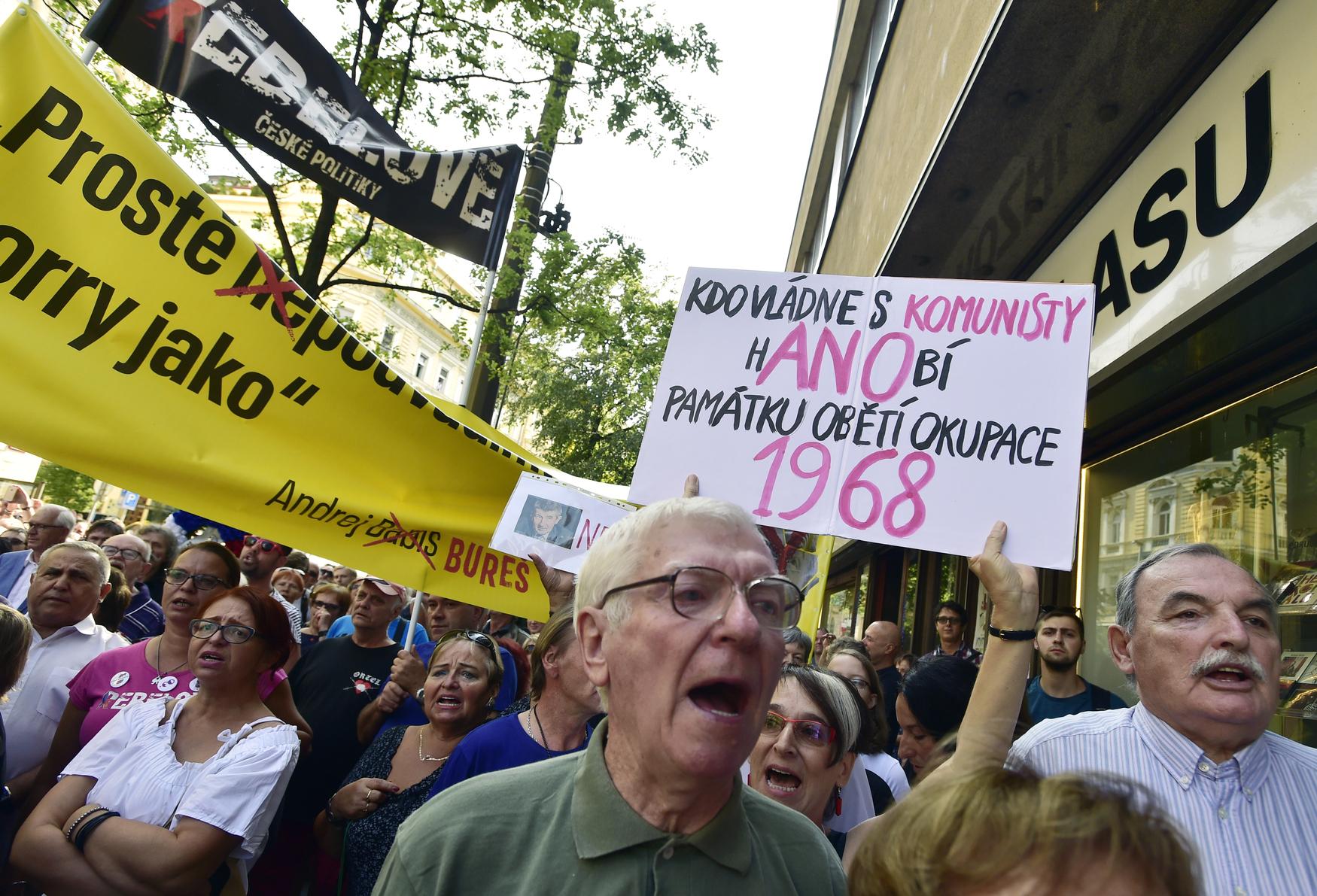 Lidé demonstrují před budovou Českého rozhlasu proti premiéru Andreji Babišovi, který sem 21. srpna 2018 přišel s předsedou Senátu Milanem Štěchem uctít památku padlých v srpnu 1968.
