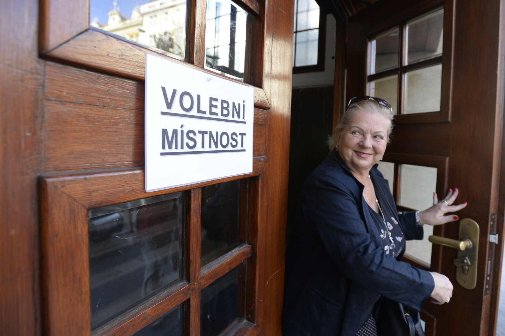 V pátek začalo druhé kolo senátních voleb. Snímek byl pořízen před volební místností v budově Obchodní akademie Vinohradská.