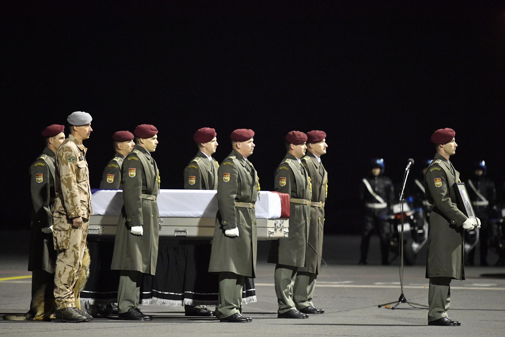 Čestná stráž nese ostatky zastřeleného vojáka Tomáše Procházky, který zemřel 22. října po útoku afghánského vojáka na základně Šindánd v afghánské provincii Herát.