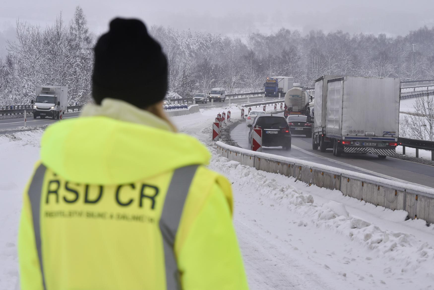 Zástupkyně Ředitelství silnic a dálnic na tiskové konferenci 17. prosince poblíž Skorkova na Havlíčkobrodsku.