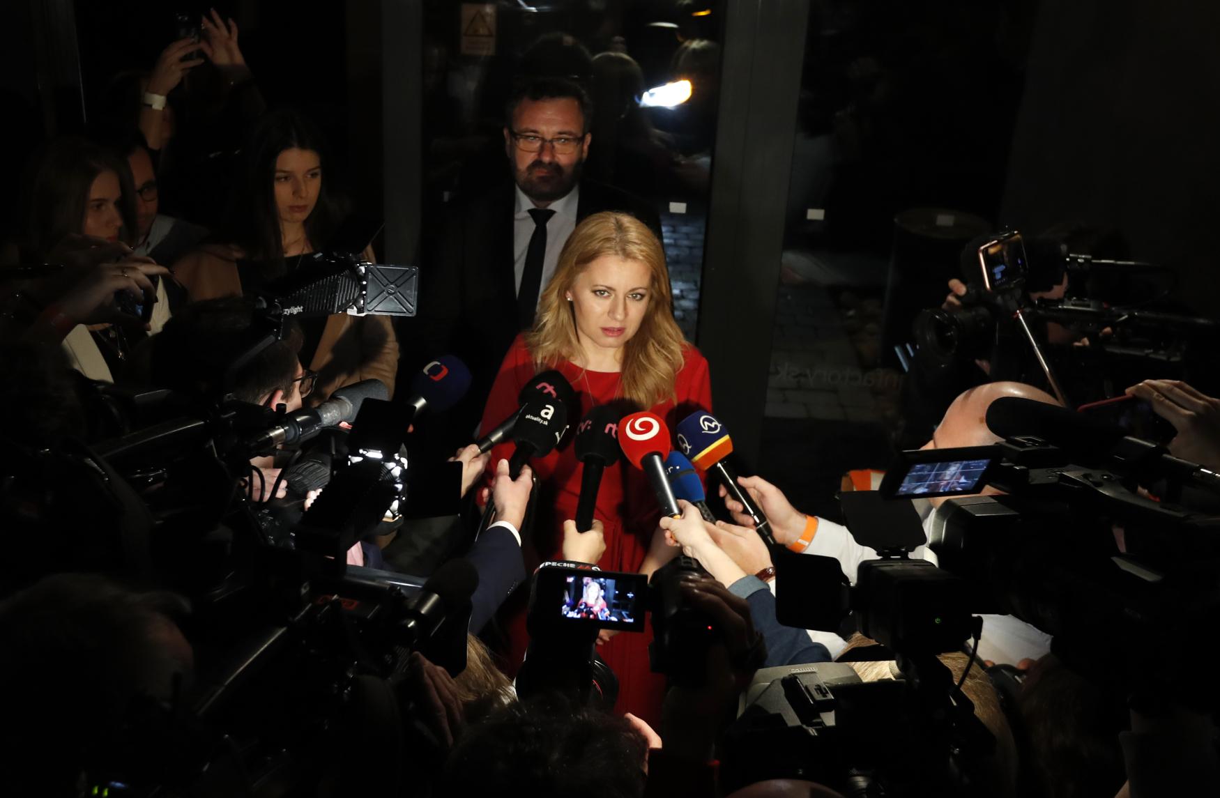 Kandidátka Zuzana Čaputová mluví po příchodu do bratislavského volebního štábu k novinářům