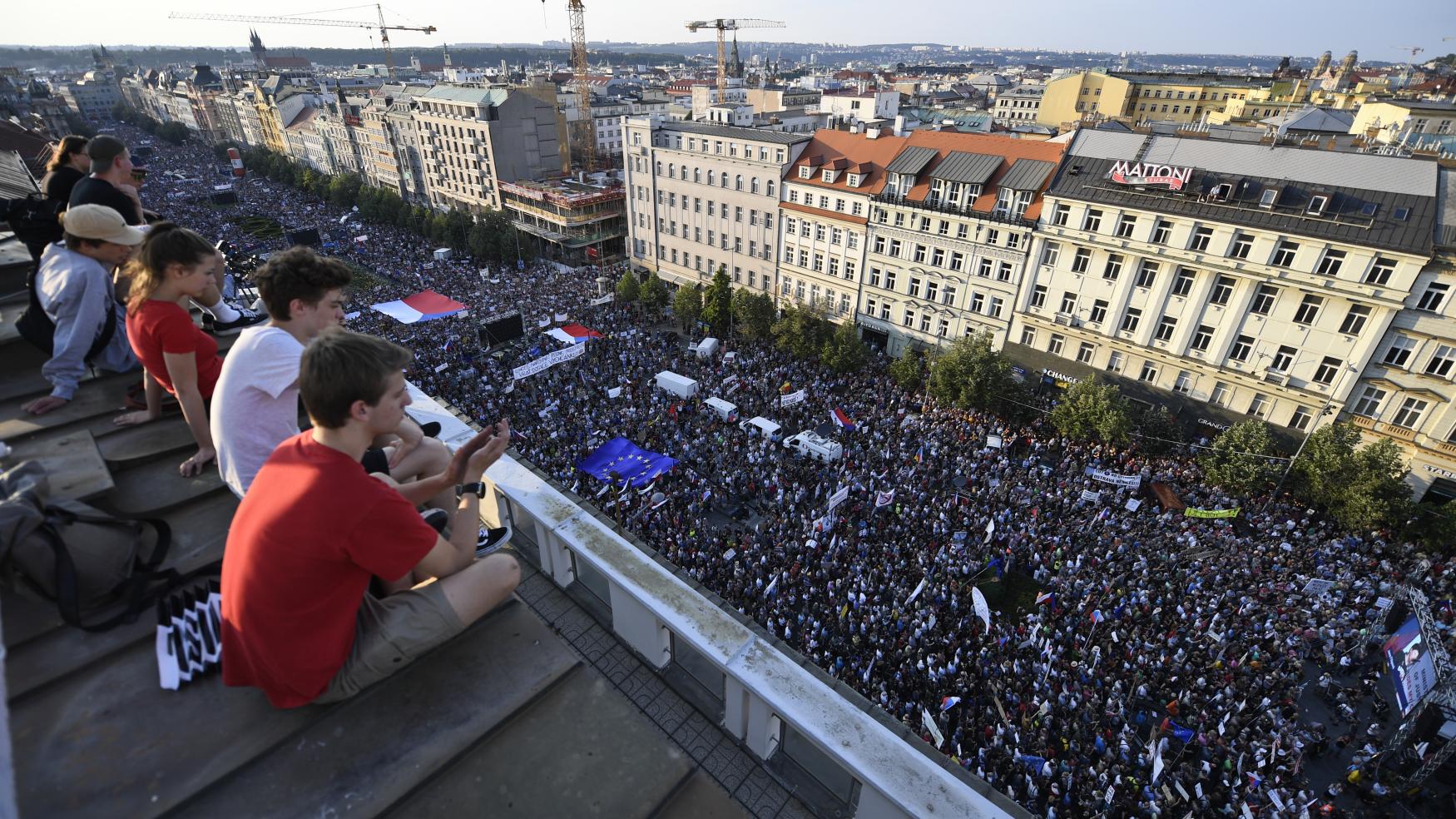 Demonstrace za demisi premiéra Andreje Babiše z ANO a ministryně spravedlnosti Marie Benešové za ANO se podle pořadatelů zúčastnilo na 120 tisíc lidí.