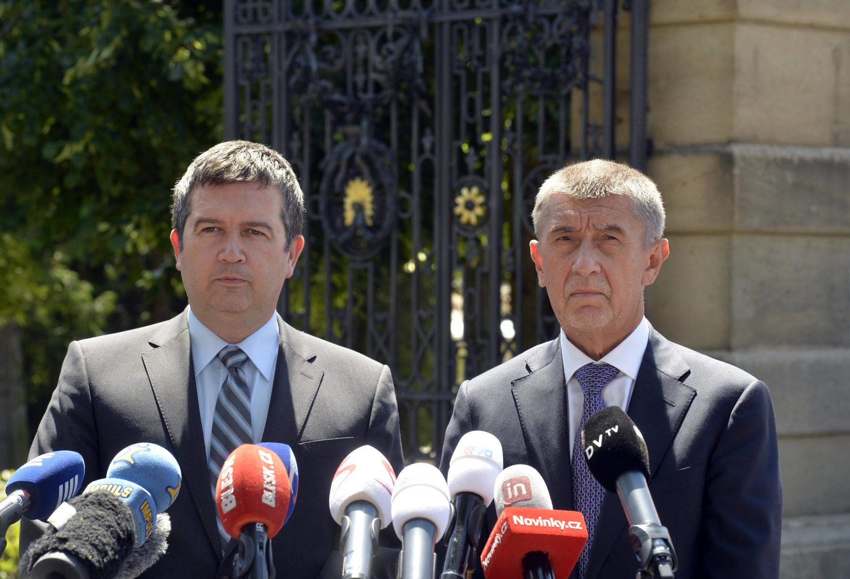 Prezident Miloš Zeman se definitivně nevyjádřil k nominaci Michala Šmardy (ČSSD) na ministra kultury. Po schůzce s hlavou státu a předsedou ČSSD a ministrem vnitra Janem Hamáčkem (vlevo) to řekl premiér a šéf hnutí ANO Andrej Babiš (vpravo)