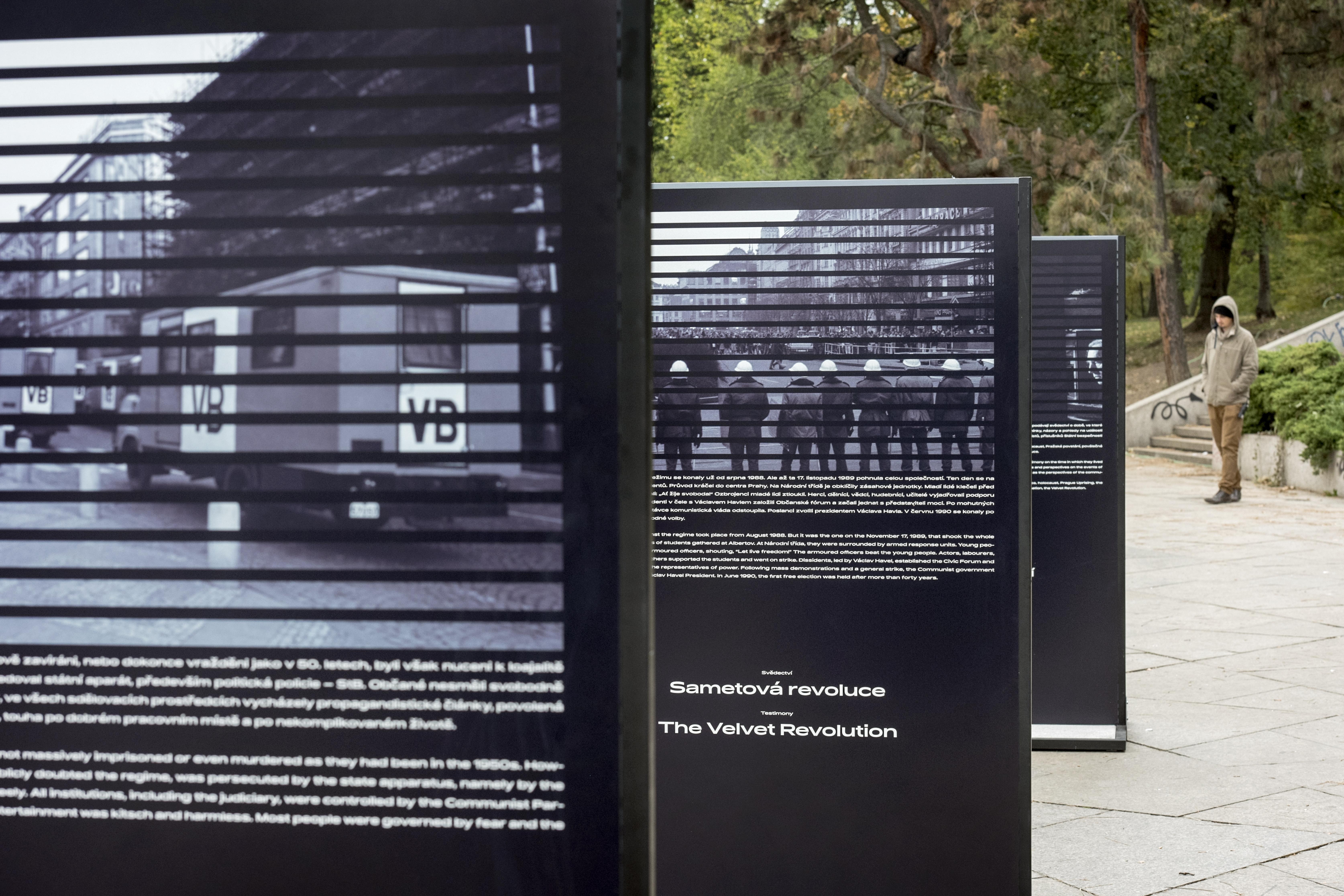 """Výstava """"Paměť národa"""" na Letné, pod bývalým Stalinovým pomníkem"""
