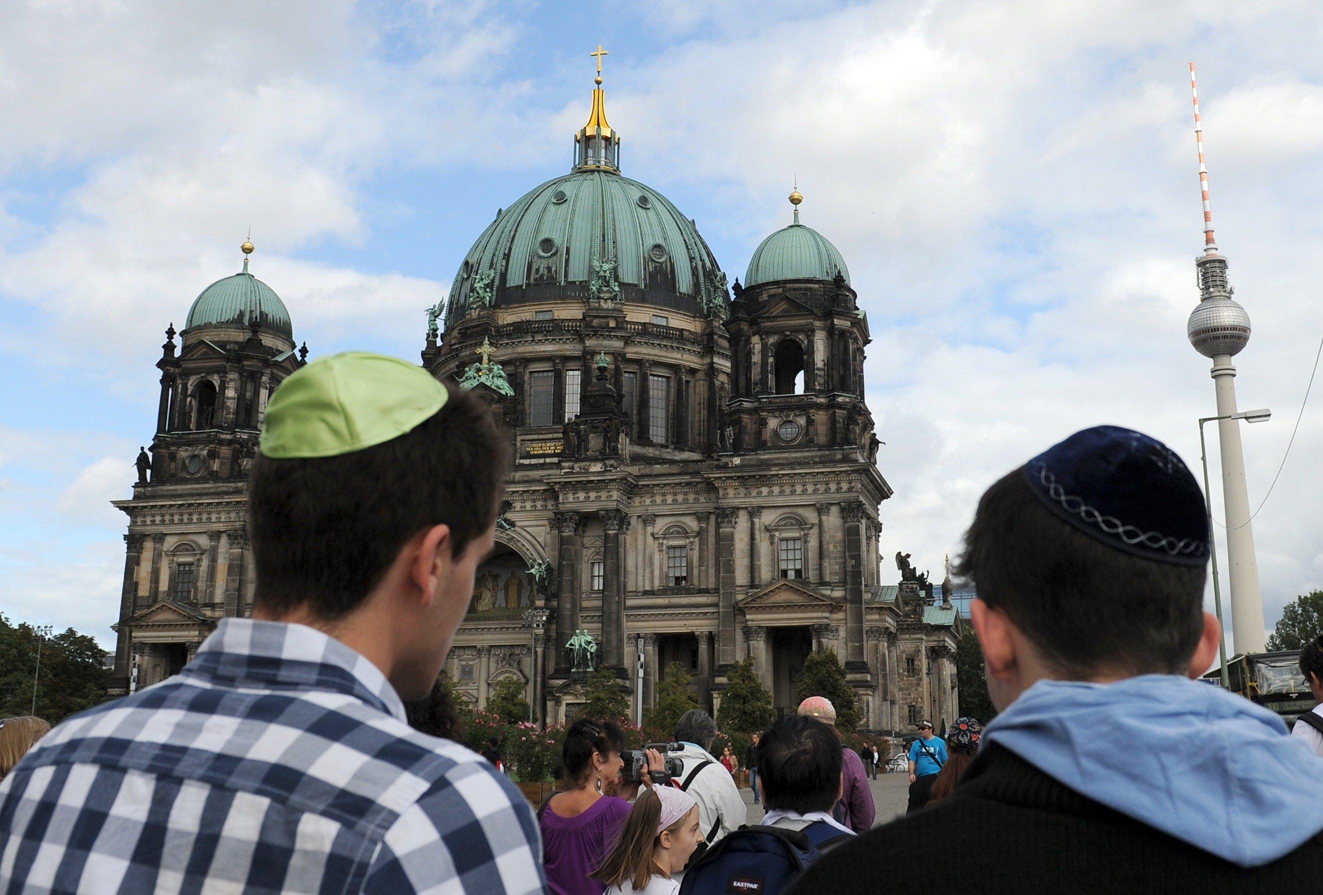 Židé s jarmulkami v Berlíně (ilustrační foto)