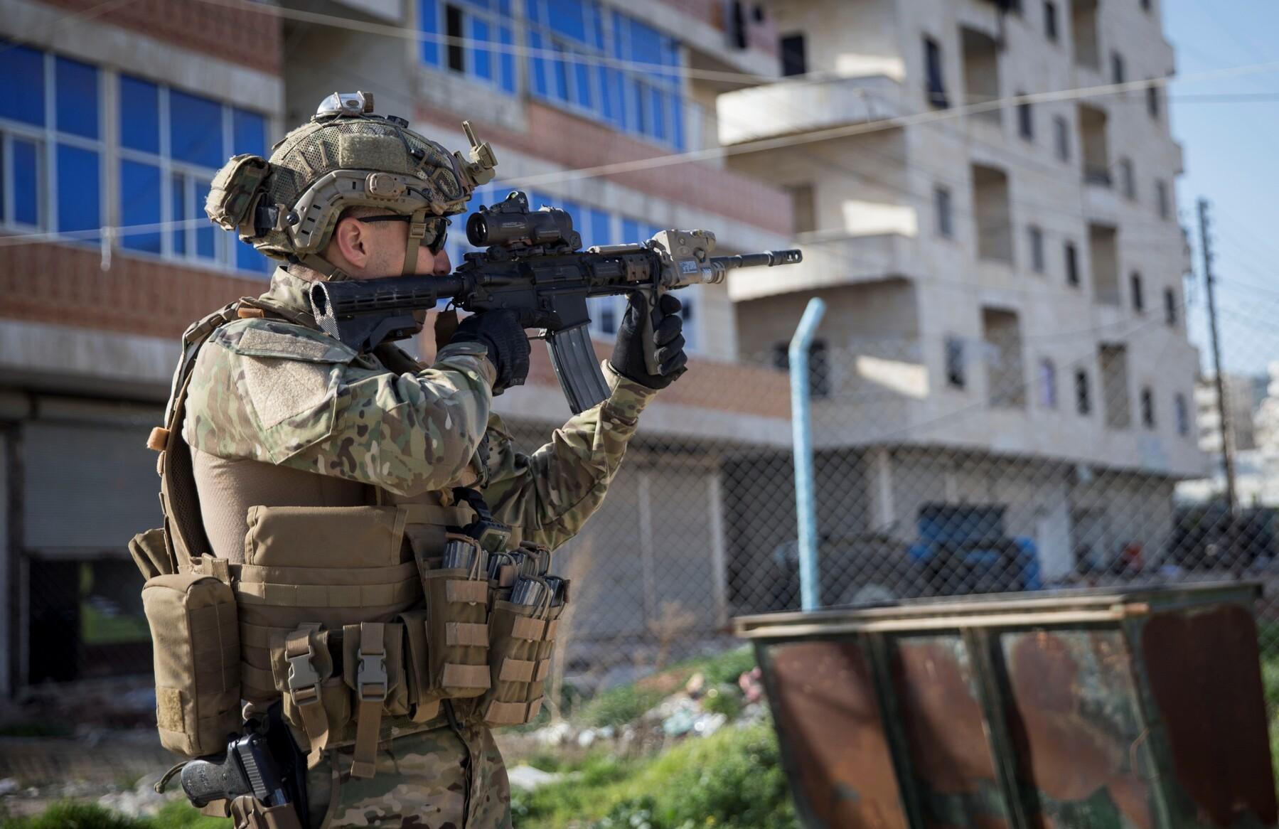 Turecký voják v centru města Afrín.